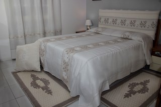 Tappeti tende divani bastoni ferro testate letto arazzi cuscini sardi copriletti sardi - Testate letto con cuscini ...